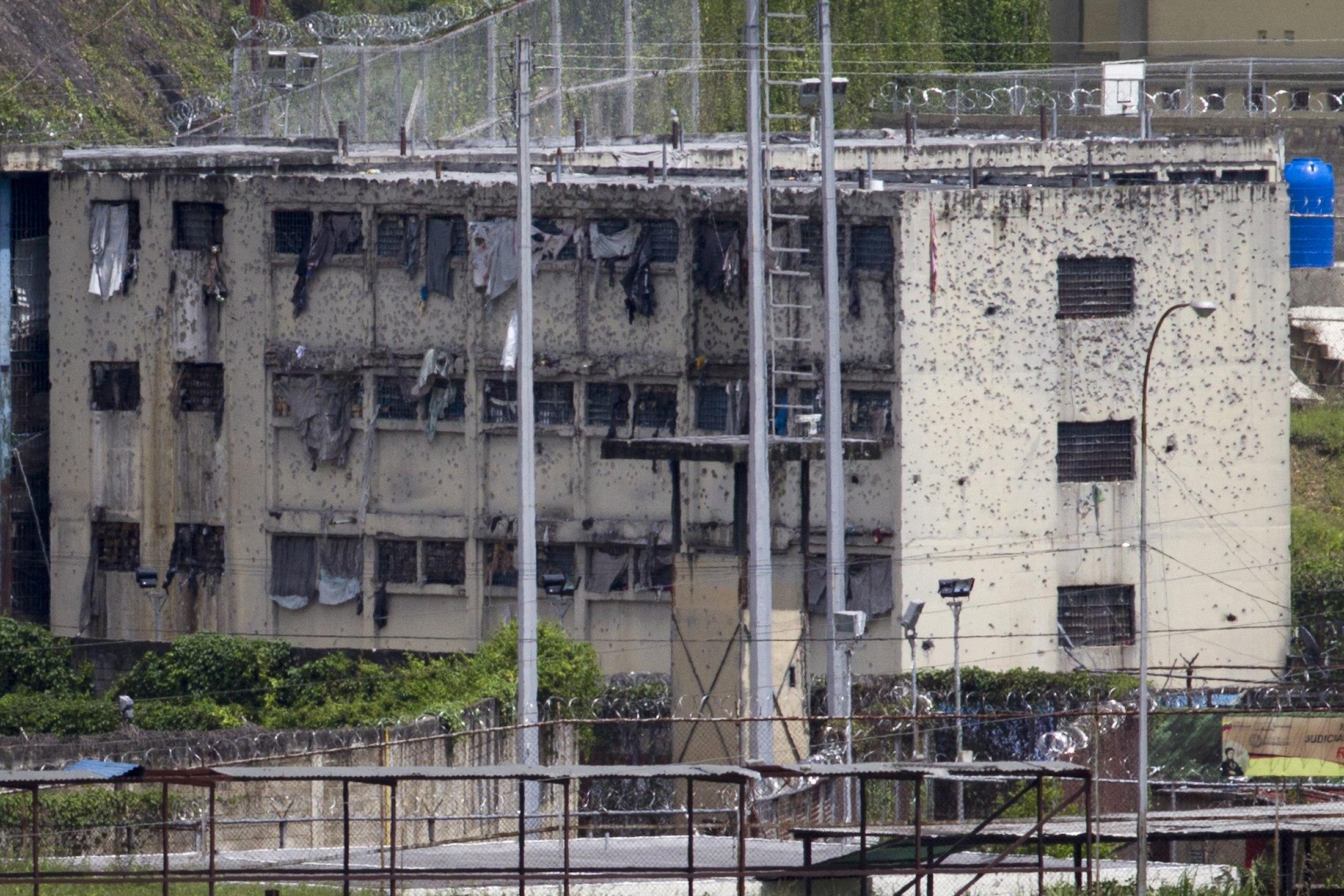 ¿Hará el Museo de Arquitectura o el Think Tank una exposición sobre la cárcel venezolana?  Aquí El Rodeo, decorada con balazos (19 Junio, 2011).