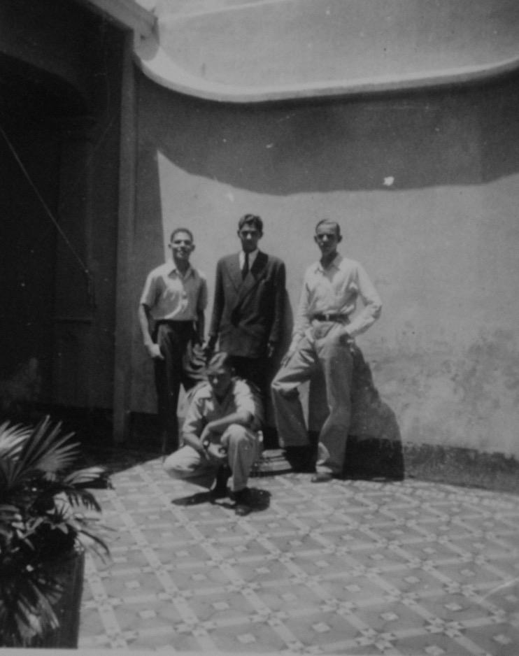 En el primer patio, junto a la medianera (observar el gotero en mampostería) mi hermano Jesús con los hermanos Cerró antes de partir a Chile (hoy son sacerdotes, uno, Angel, vive en Temuco, Chile, el otro, Anselmo, en El Tocuyo, Edo, Lara). Yo en cuclillas.