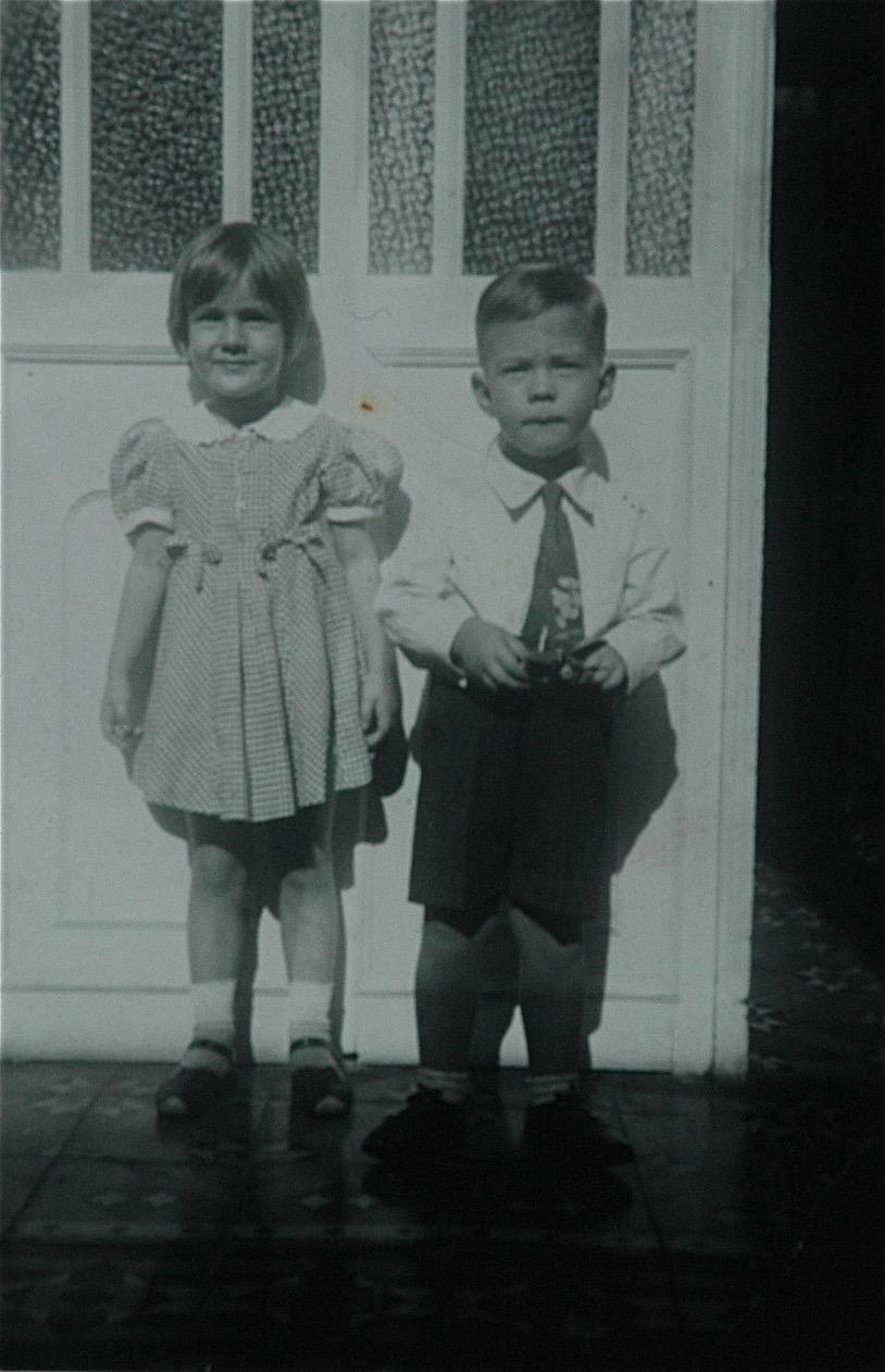 Mi hermana Carlota y yo... frente a la románica.