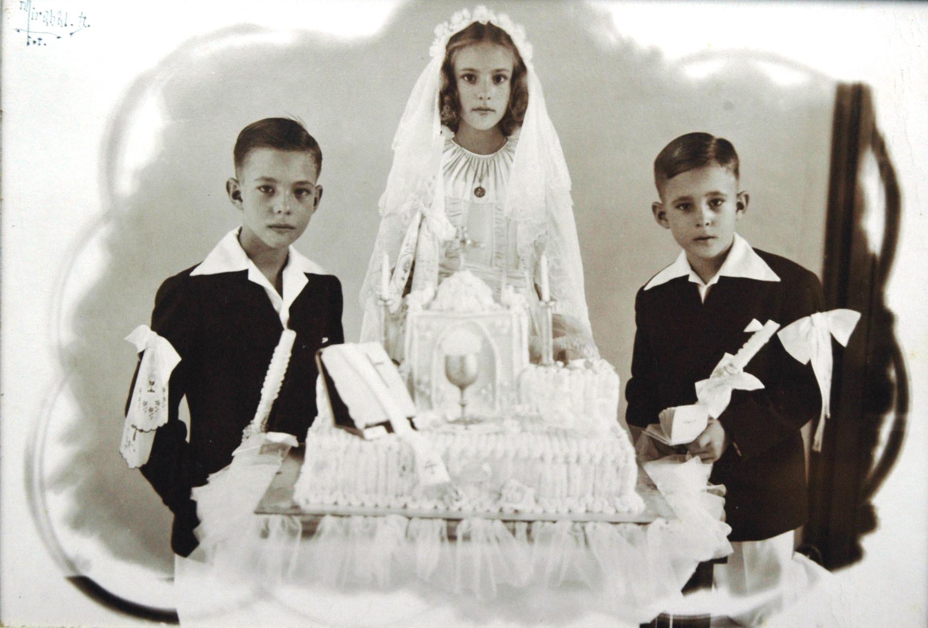 Tres niños: Oscar, a la izq., Carlota y Edgardo, endomingados en su Primera Comunión.