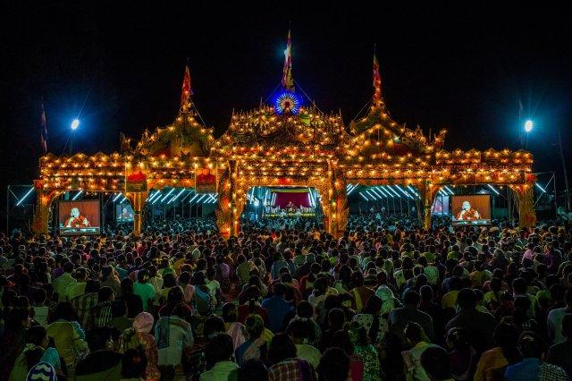 """Una concentración organizada por monjes budistas en Birmania (Myanmar) en 2019. La foto, del New York Times, lleva como título """"Los budistas que también hacen la guerra"""""""