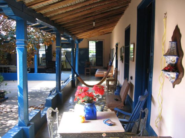 Una modesta y acogedora casa republicana de Aragua de Barcelona, imagen de Internet. Al fondo, antes de la calle, la sala, lugar de las eventuales fiestas.