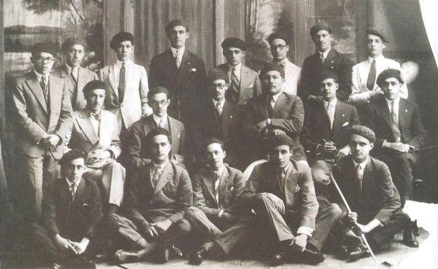 Algunos de los estudiantes universitarios organizadores de la Semana del Estudiante en 1928. Entre ellos hay varios que serían muy conocidos en el mundo político venezolano. De pie. tercero de der. a izq. Rómulo Betancourt. En la segunda fila, segundo de izq. a der. Raúl Leoni. Todos llevan la boína azul que los identificaba como de la Universidad Central de Venezuela.